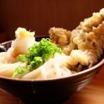 【香川県高松市三谷町の「情熱うどん わらく」】スパイスが効いている大きなとりの天ぷらは絶品!