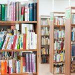 【本の異常は職員に報告!図書館で借りる本に汚損・破損がある場合】借りる前には本に異常がないか確認しよう!